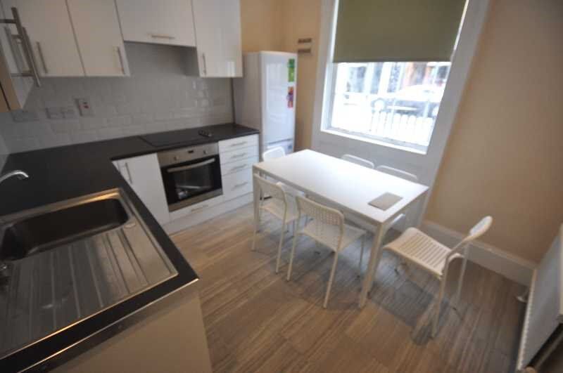 *Unique 4 Bedroom Apartment in a Period Building, Large Double Rooms, Kitchen/Diner, Camden High St*