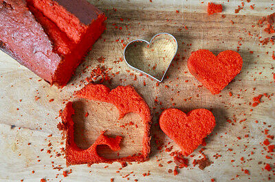 Aus dem roten Kuchen stichst Du Herzen aus. Teigreste werden zu Cakepops verarbeitet. (© fraeuleinselbstgemacht.de)