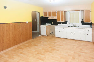 2 BEDROOM BUNGALOW WITH 1 AND 1/2 CAR GARAGE - PRIVATE FINANCING Windsor Region Ontario image 6