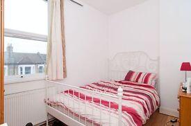 5 bedroom flat in Oaklands Grove, shepherds Bush, W12