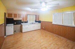 2 BEDROOM BUNGALOW WITH 1 AND 1/2 CAR GARAGE - PRIVATE FINANCING Windsor Region Ontario image 2