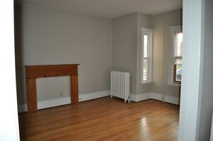 LARGE TWO BEDROOM APARTMENT CLOSE TO VICTORIA PARK $ 975.00 PER