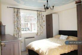 2 bedroom flat in Enfield Island Village, London, EN3 (2 bed) (#1227287)