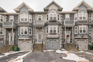 3 LEVEL TOWNHOUSE IN ROYAL HEMLOCKS!