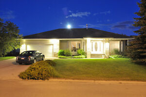 Bungalow with 19x33ft swimming pool on Golf Course Claresholm