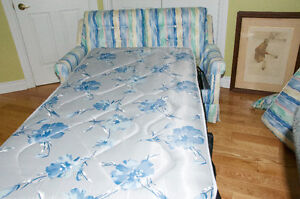 Beautiful Love Seat Hide Bed Cornwall Ontario image 2