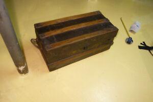 malle ancienne en métal renforcée avec bois