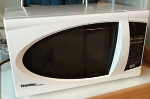 Danby .7cu ft microwave - white
