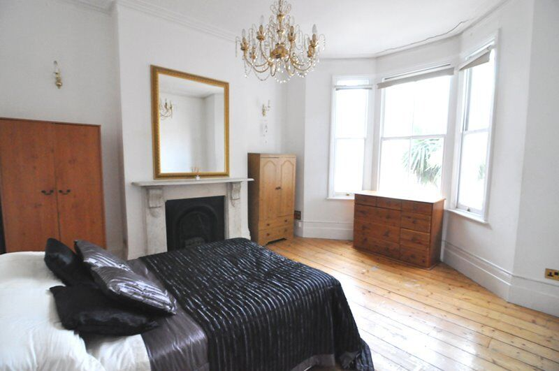 A spacious double room situated in a luxury Shepherds Bush houseshare, ALL BILLS INCLUDED