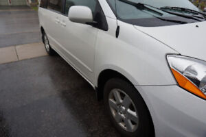 2008 Toyota Sienna LE Pearl White exterior Grey Leather
