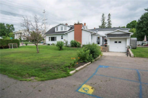HUGE 5 bed 4 bath family home on Double Lot