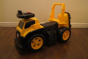 Trotteuse Caterpillar et coffre à outils pour garçon