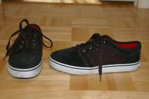 2 paires de souliers pour garçons