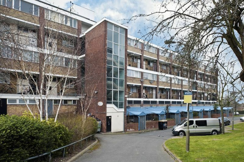 4 bedroom flat in Tildesley Road, London, SW1