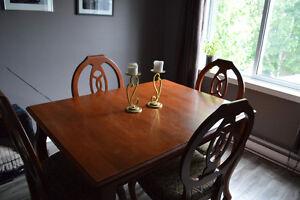 Ensemble de table en bois et chaise