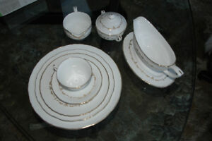 8 SIX PCS PLACE SETTING ROYAL WORCESTER GOLD CHANTILLY