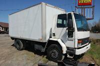 .Camion 6 roues Ford cargo 6000 avec boite et  élévateur arrière