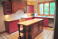 Magnifiques armoires de cuisine en pin massif.