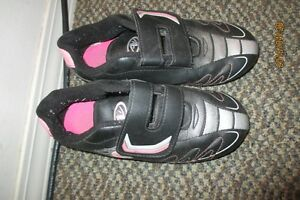 Soccer shoes girls size 1 in good cond!