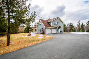 Modern meets country in 4BDR home in Wellington!