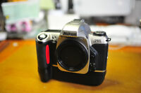 """Nikon argentique F65 avec le """"battery pack""""."""