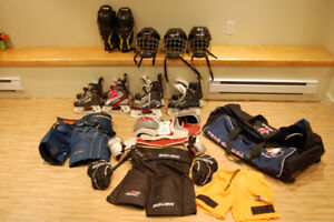 Hockey junior : Casques, patins, jambières, pantalons, gants, ..