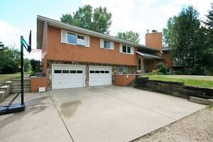 ACREAGE LIVING 5 MINUTES FROM SHERWOOD PARK!!