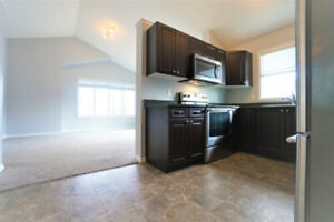 UTILITIES INCD! VAULTED CEILING MAINFLOOR! GRAND, BRIGHT, AIRY!