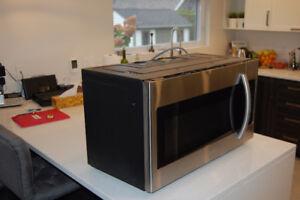 Micro-ondes à hotte intégrée de Samsung (ME18H704SFS/AC)