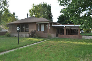 Great Central Location - Roomy Home in Raymond