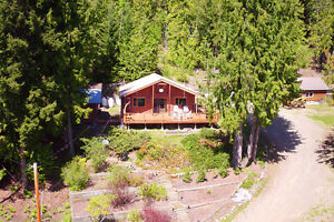 Country cottage in Anglemont . . . welcome to the Shuswap!