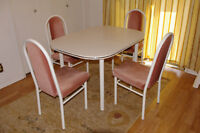 White table and 4 matching chairs