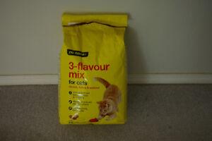 LOBLAWS NO NAME 4 kg 3-FLAVOR CAT MIX - FREE
