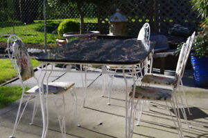 Beautiful Mid-century patio table and 4 chairs