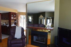 Grand miroir avec bordures en laiton