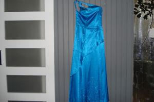 robe de bal ou autre grandeur 5-6 ans.