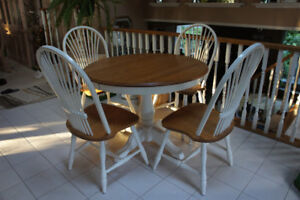 Solid oak table with 2 leafs and 4 chairs 40-50-60''