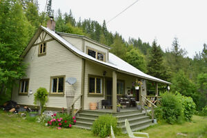 Charming house with 4 cabins on Lake view acreage