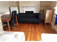 Twin room for rent on Old Kent Road close to Elephant Castle Two bathroom cleaner terrace