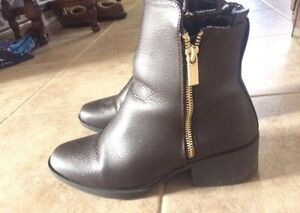LIKE NEW Size 7 Ankle Boots