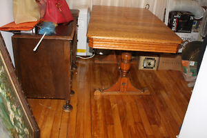 Quebecois Antique oak dining room table and 4 chairs West Island Greater Montréal image 2