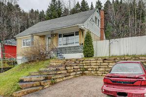 Coquette maison 2 étages de 3 chambres avec garage attaché. Sans