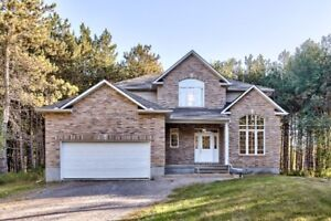 WOW! GORGEOUS 4-BED SINGLE ON 1.2 ACRES JUST 15 MINS TO KANATA!!