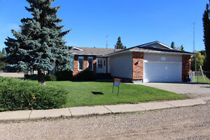 Finished 4 Bdrm Home with Attached Garage in Glaslyn!