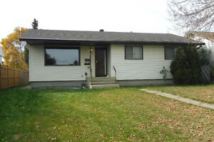 SO CLOSE TO ST ALBERT MAY AS WELL BE ST ALBERT! 3 BED MAIN FLOOR