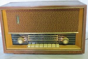 Antique radio a tube