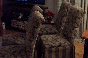 Très belle chaises avec jupe