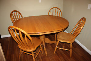Solid Oak Table w/ 4 Chairs & 2 Leafs FOR SALE Kitchener / Waterloo Kitchener Area image 2