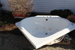 BEAUTIFUL WHITE  BATH JACUZZI, 55 INCH BY 41 INCH.MINT CONDITION Gatineau Ottawa / Gatineau Area image 2