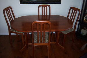 Dining Room Table with 4 chairs / delivery